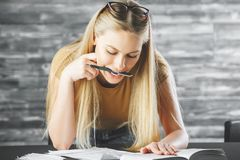 Привлекательная женщина при книга делая обработку документов Стоковое фото RF