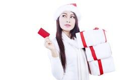 Привлекательная женщина при подарок карточк-изолированный в белизне Стоковая Фотография RF