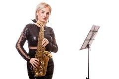 Привлекательная женщина саксофониста играя на ее музыкальном инструменте Стоковая Фотография