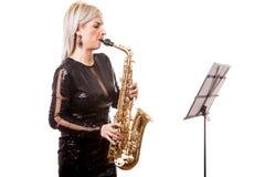 Привлекательная женщина саксофониста играя на ее музыкальном инструменте Стоковые Изображения RF