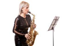 Привлекательная женщина саксофониста играя на ее музыкальном инструменте Стоковое фото RF