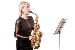 Привлекательная женщина саксофониста играя на ее музыкальном инструменте Стоковое Изображение