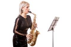 Привлекательная женщина саксофониста играя на ее музыкальном инструменте Стоковые Фотографии RF