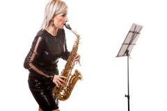 Привлекательная женщина саксофониста играя на ее музыкальном инструменте Стоковые Изображения