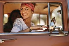 Привлекательная женщина смотря вне окна автомобиля Стоковые Изображения