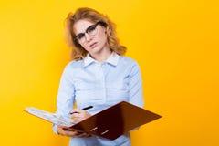 Привлекательная женщина с большой папкой Стоковое Изображение RF