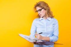 Привлекательная женщина с большой папкой Стоковая Фотография RF
