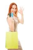Привлекательная женщина с кредитными карточками и покупкой стоковая фотография