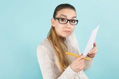 Привлекательная женщина с листом ponytail и бумаги Стоковое Изображение RF