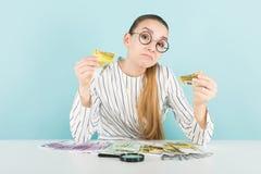 Привлекательная женщина с наличными деньгами и лупой Стоковое Изображение RF