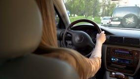 Привлекательная женщина управляя автомобилем, транспортом Час пик в городе, затор движения акции видеоматериалы