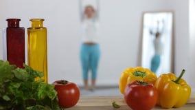 Привлекательная женщина фитнеса работая дома сток-видео