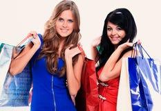 Привлекательная женщина 2 ходя по магазинам и нося красочную хозяйственную сумку Стоковое Изображение RF