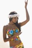 привлекательная женщина hawaiian танцы Стоковое Изображение