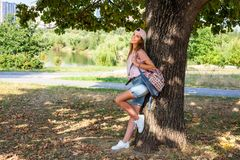 Привлекательная женщина yong в парке стоковые фотографии rf