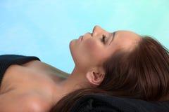 привлекательная кавказская кладя женщина спы Стоковое фото RF