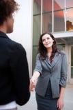 Привлекательная команда дела женщины на офисном здании Стоковые Изображения RF