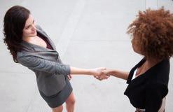 Привлекательная команда дела женщины на офисном здании Стоковые Фото