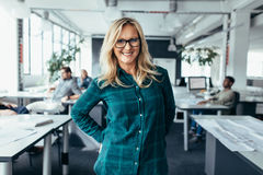 Привлекательная коммерсантка в вскользь на современном офисе Стоковое Изображение