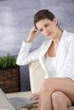 Привлекательная коммерсантка в лобби офиса Стоковая Фотография