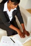 Привлекательная коммерсантка работая на компьтер-книжке Стоковое Изображение RF