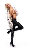 привлекательная красивейшая блондинка представляя белизну Стоковая Фотография