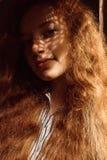Привлекательная красная с волосами модель с веснушками Женщина с тенью дальше Стоковое Изображение