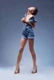 Привлекательная красотка в прозодеждах голубых джинсов джинсовой ткани Стоковое Изображение