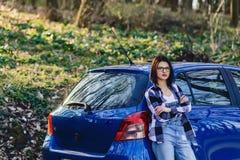 Привлекательная маленькая девочка на дороге около автомобиля Стоковая Фотография RF