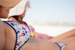 Привлекательная молодая женщина в бикини лежа на пляже Стоковые Изображения RF