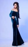 Привлекательная молодая женщина в голубом платье стоковая фотография rf