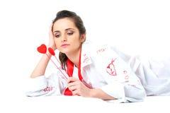 Привлекательная молодая женщина держит 2 изолированного сердца, Стоковые Изображения RF