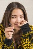 Привлекательная молодая женщина играя шахмат Стоковые Изображения