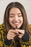 Привлекательная молодая женщина играя шахмат Стоковое Фото