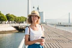Привлекательная молодая женщина идя в Лиссабон около реки Tajus на парке наций Стоковые Изображения RF