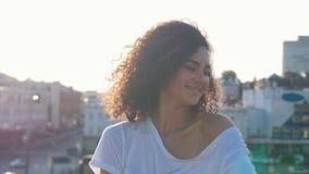 Привлекательная молодая женщина мулата с большими танцами вьющиеся волосы и flirting с телезрителем - смотрящ в камере сток-видео