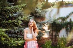 Привлекательная молодая женщина наслаждаясь ее временем стоковые фотографии rf