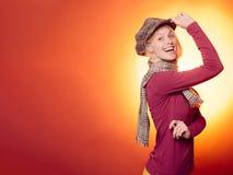 Привлекательная молодая женщина нося в модных сезонных одеждах имея осеннее настроение белизна осени изолированная принципиальной стоковая фотография