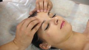 Привлекательная молодая женщина получая головной массаж Руки ` s людей делая головной массаж Милая сторона девушки наслаждаясь ма видеоматериал