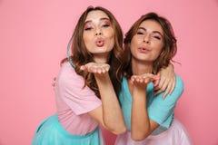 Привлекательная молодая женщина 2 при сияющий состав посылая поцелуй воздуха, l Стоковое Изображение RF