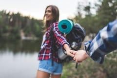 привлекательная молодая женщина с парнем рюкзака направляя стоковое фото rf