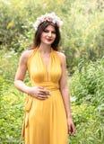 Привлекательная молодая красивая дама в зеленых полях стоковое фото rf