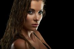 Привлекательная молодая модель представляя на студии стоковое фото