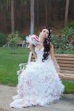 Привлекательная невеста в парке Стоковое Изображение RF