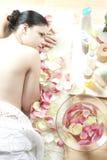 привлекательная ослабляя женщина спы Стоковое фото RF
