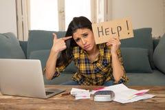 Привлекательная отчаянная женщина прося помощь в управляя расходах Проблемы жить и счета цены Стоковое фото RF