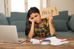 Привлекательная отчаянная женщина прося помощь в управляя расходах Проблемы жить и счета цены Стоковая Фотография
