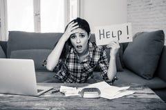 Привлекательная отчаянная женщина прося помощь в управляя расходах Проблемы жить и счета цены Стоковое Изображение RF