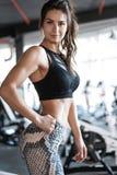 Привлекательная подходящая женщина в спортзале стоковые фотографии rf