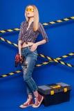 Привлекательная сексуальная девушка построителя в chechered рубашке, джинсах и стекле Стоковое Изображение RF
